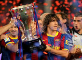 Carles Puyol of FC Barcelona holds the La Liga trophy — Stock Photo