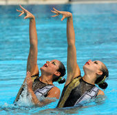 Mexican synchro swimmers Mariana Cifuentes and Isabel Delgado — Stock Photo