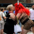 Woman kissing a Transexual during the annual Barcelona Gay and Lesbian Pride Festival — Stock Photo