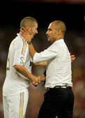 Karim Benzema of R Madrid and FC Barcelona coach Guardiola — Stock Photo