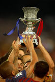 FC Barcelona players hold up Supercup trophy — Stock Photo
