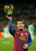 Leo Messi holds up his Golden ball — Stock Photo