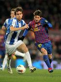 Mikel Gonzalez(L) of Real Sociedad vies with Leo Messi(R) of FC Barcelona — Zdjęcie stockowe