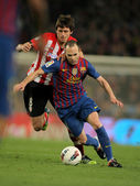 Ander Iturraspe(L) of Athletic Bilbao vies with Andres Iniesta(R) of Barcelona — Stock Photo