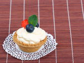 Cake with cream and berries — Stockfoto