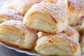 Rouleaux de pâte feuilletée avec du fromage cottage — Photo