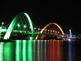Kubitschek Bridge reflected in the lake at night with colored lighting — Stock Photo