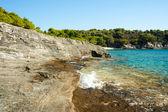 Bela praia rochosa na croácia — Foto Stock
