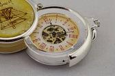 Vecchio orologio da tasca su sfondo bianco — Foto Stock