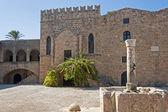 Edificio antiguo en el casco antiguo de rhodes — Foto de Stock