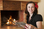 Woman near fireplace — Stockfoto