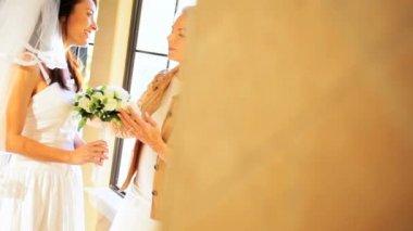 Mor ordna brudslöja för dotter — Stockvideo