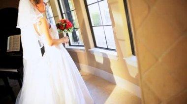 портрет кавказской невесты белое свадебное платье — Стоковое видео