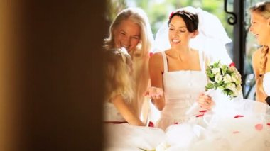 Красивая невеста с милый цветок девушка женщина отношения — Стоковое видео