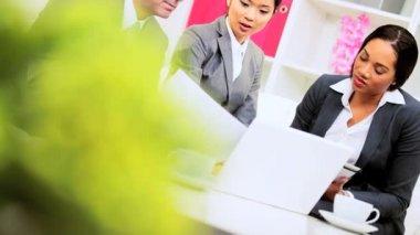 Reunión de líderes de equipo masculino negocios caucásico — Vídeo de Stock