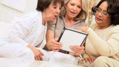 Senior mujeres usando tableta inalámbrica — Vídeo de stock
