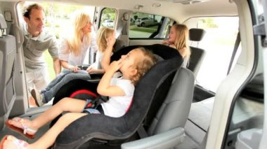 Parents Putting Children Family Car Seats — Vídeo Stock