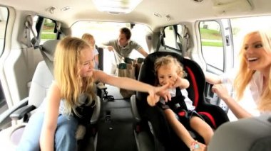Young Daughters and Parents in Car Day Trip — Vídeo de stock