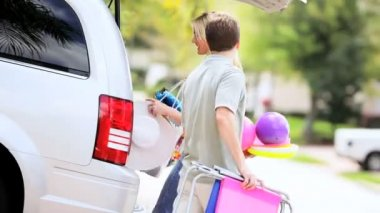Young Family Packing Car for Beach Trip — 图库视频影像