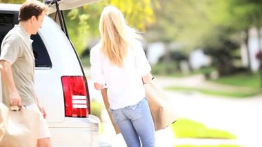 Pareja joven caucásico prepara salida de fin de semana de auto — Vídeo de stock