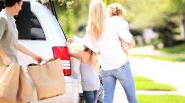 外出する前に若い白人家族パッキング車 — ストックビデオ