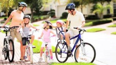 семья здоровой велоспорт пикник — Стоковое видео