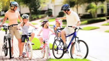 Young Caucasian Family Group Bicycles Outdoors — Vídeo de stock