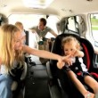 jonge dochters en ouders in auto-dagtocht — Stockvideo