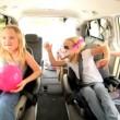 cute niñas y padres viaje en coche de la playa — Vídeo de stock
