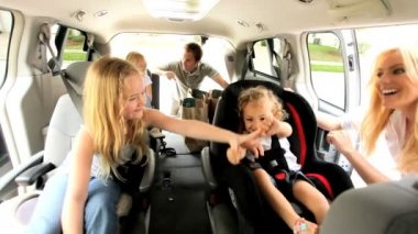 Young Daughters and Parents in Car Day Trip — Vídeo Stock