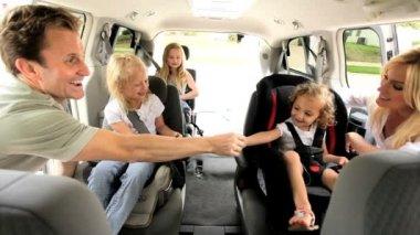 Kaukasiska föräldrar döttrar bil helgen utflykt — Stockvideo