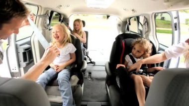 Young Daughters and Parents in Car Shopping Trip — Stockvideo
