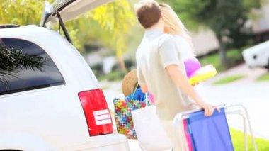 Blondýna rodiče dcery připravuje rodinné auto výlet — Stock video