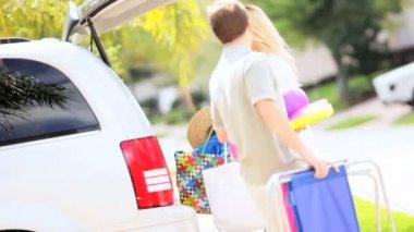 Blondynka rodzice córki przygotowuje samochód rodzinny wypad — Wideo stockowe