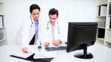 Hispanic Doctors Using Computer — Stock Video