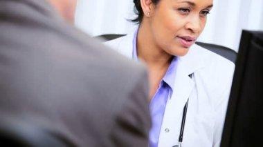 Kadın tıbbi danışman gelecek planlama toplantısı — Stok video