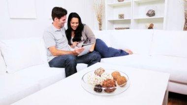 Tavoletta wireless domestica di coppia ispanica — Video Stock