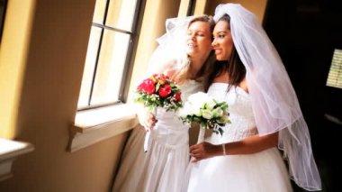 笑いの白人のアフリカ系アメリカ人の花嫁 — ストックビデオ