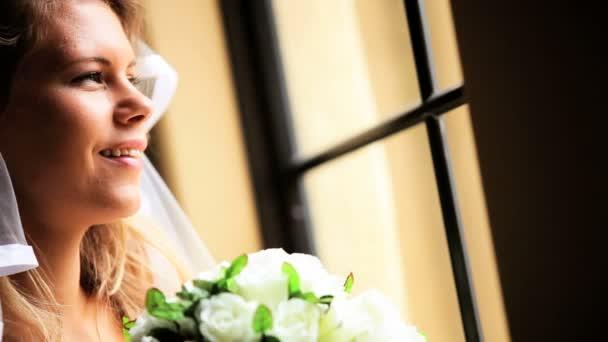 Vestido de novia rubia joven blanco velo — Vídeo de stock