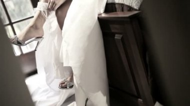 花嫁の結婚式のガーターを引っ張る — ストックビデオ