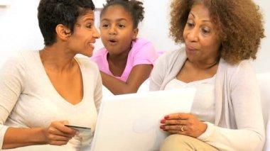 Afrikanska amerikanska generationer online shopping — Stockvideo