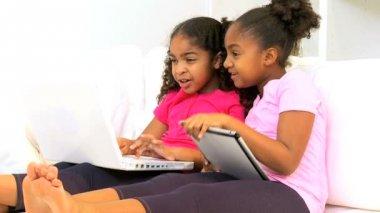 современные беспроводные планшетный ноутбук этнических детей — Стоковое видео
