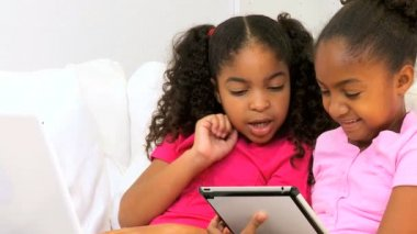 Etnicznych dzieci nowoczesny bezprzewodowy tablet laptopa — Wideo stockowe