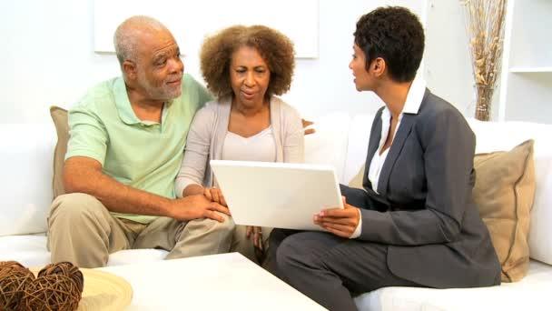 Asesor financiero de reunión de pareja étnica casa — Vídeo de stock