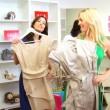 高級衣料品店をブラウズして女性の友人 — ストックビデオ