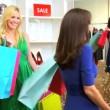 Девочки, хозяйственные сумки путешествие — Стоковое видео