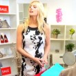caucasica memorizzare assistente con shopper donna — Video Stock