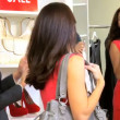 Fashion outlet assistent med kvinnliga shopper — Stockvideo
