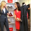 client brunetta caucasico in esclusiva boutique — Video Stock
