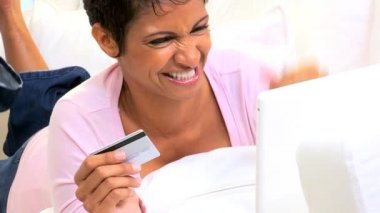 African American Female Credit Card Online Shopping — Stock Video